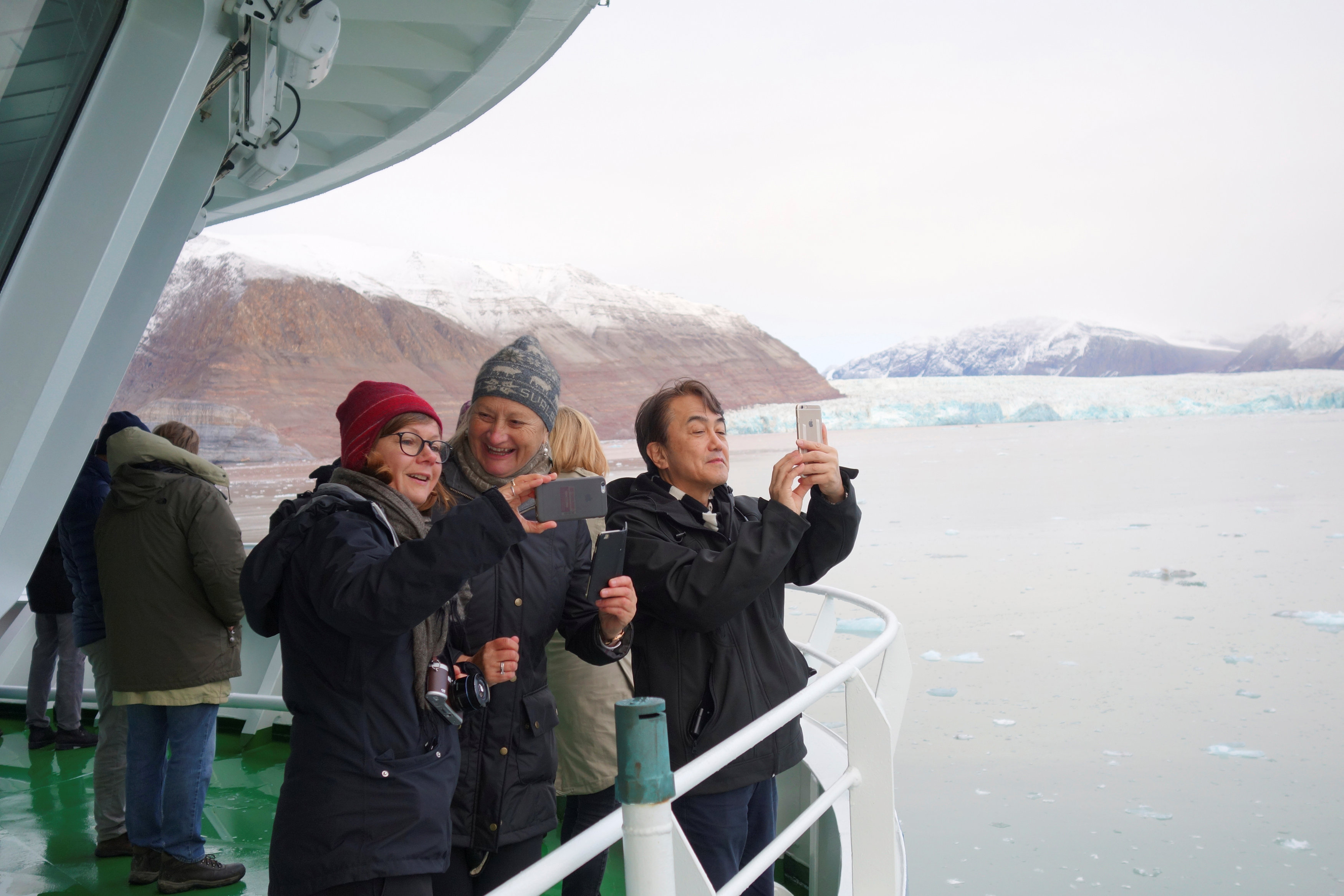 Visitors take pictures of a glacier in the Kongsfjorden fjord from onboard the Polarsyssel, the ship of the Governor of Svalbard, in the Arctic archipelago of Svalbard, Norway, September 20, 2016.  Picture taken September 20, 2016. (Gwladys Fouche / Reuters)