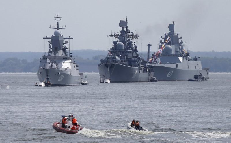 (L-R) Russian navy corvette Steregushchy, destroyer Nastoichivy and frigate Admiral Gorshkov are anchored in a bay of the Russian fleet base in Baltiysk in Kaliningrad region, Russia, July 19, 2015. (Maxim Shemetov / Reuters)