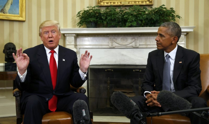 U.S. President Barack Obama meets with President-elect Donald Trump to discuss transition plans in the White House Oval Office in Washington, November 10, 2016. (Kevin Lamarque / Reuters)