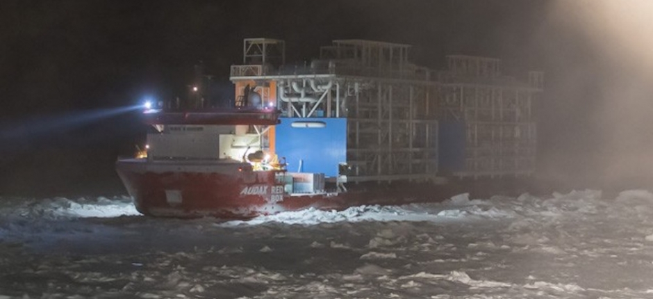 For the first time, a cargo ship carries heavy construction modules across the Northern Sea Route in winter