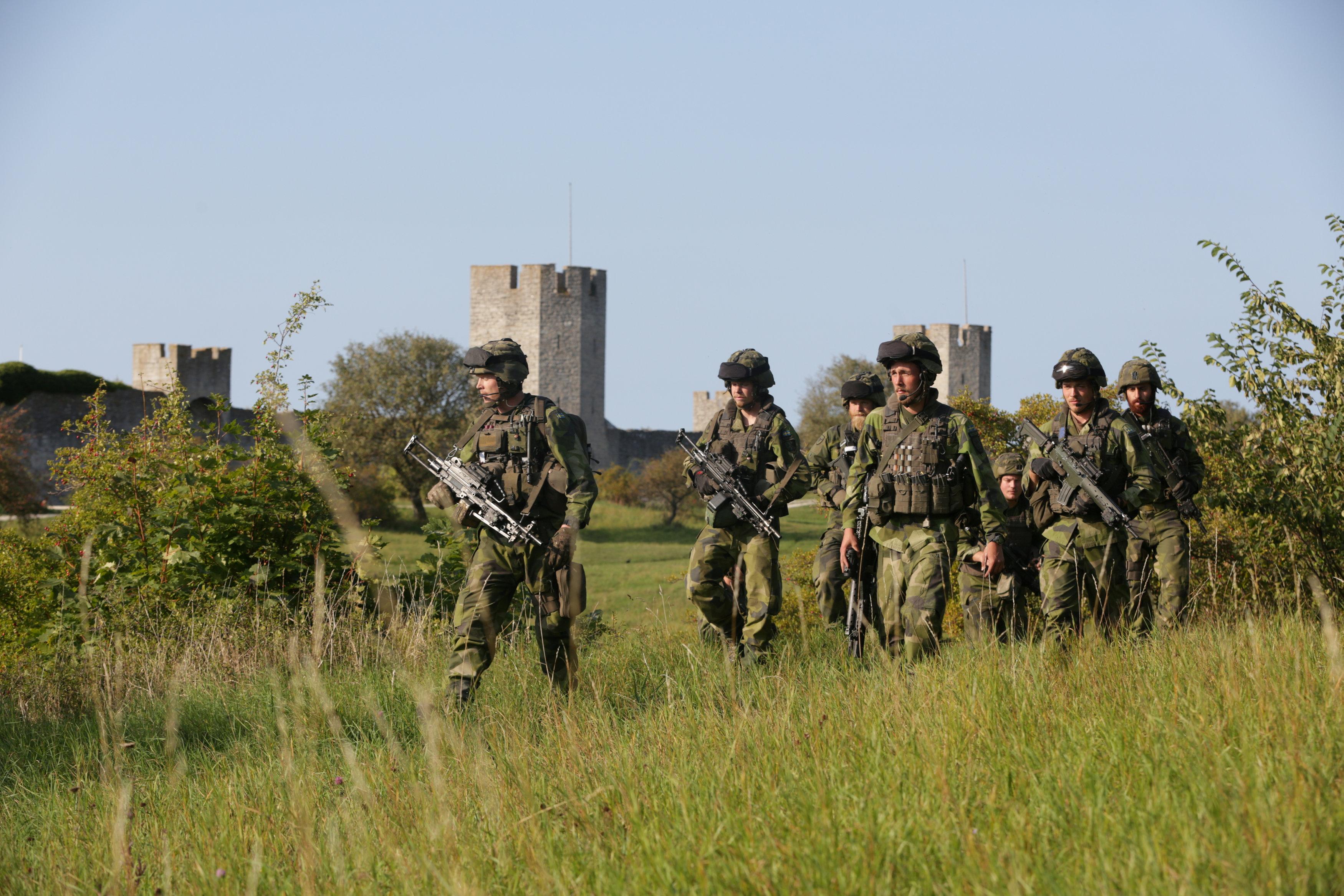Swedish military patrol outside Visby, island of Gotland, Sweden September 14, 2016. TT News Agency/Soren Andersson/ via REUTERS.
