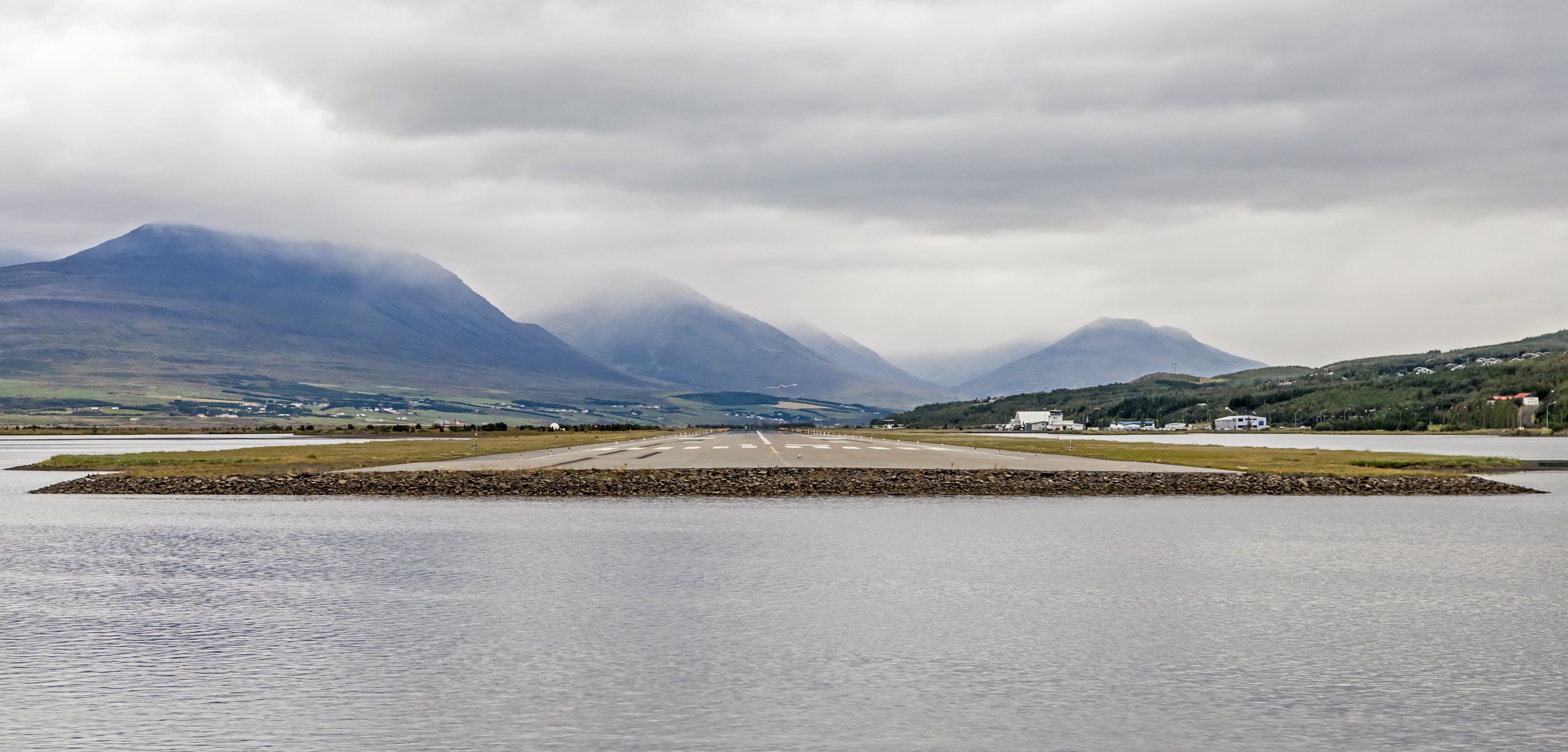 Iceland travel association weighs sending some low-fare airlines to Akureyri instead of Keflavik