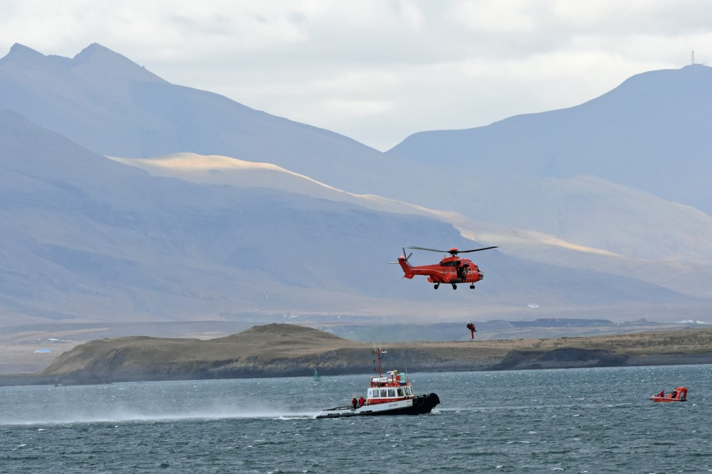 Units of the Icelandic Coast Guard practice a rescue in the waters near Reykjavik. (Thomas Nilsen / The Independent Barents Observer)