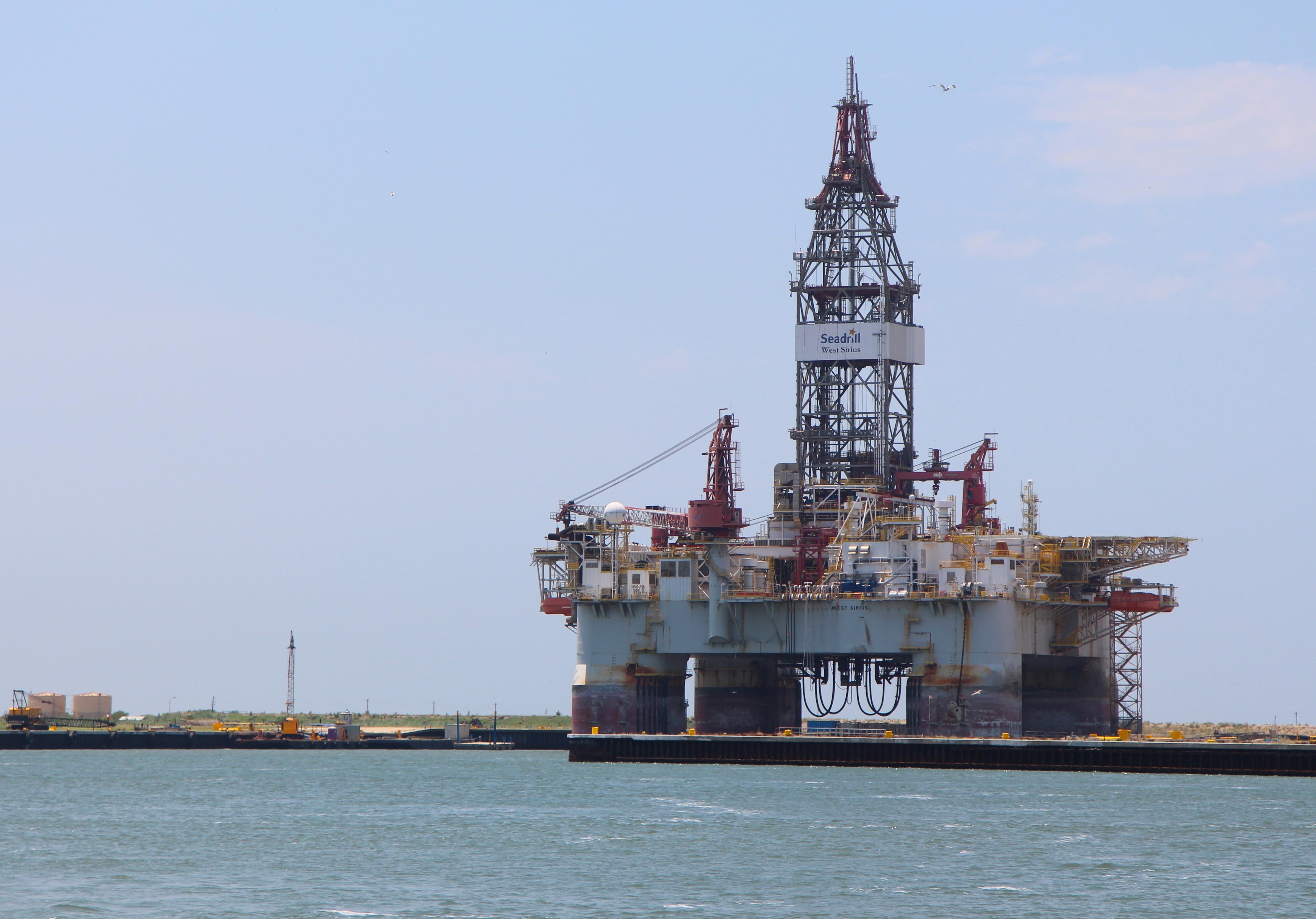 Seadrill drilling rig West Sirius at Port Aransas, Texas. (Roy Luck / CC via Wikimedia Commons)