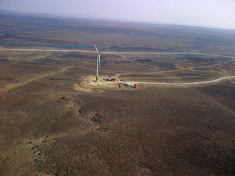 An 80-meter wind turbine near Glencore's Raglan nickel mine in Nunavik is a rare example of alternative energy use north of the treeline, where the use of alternative energy has been slow to catch on. The hamlets of Arviat and Kugluktuk hope to change that, through projects in which they've teamed up with an energy story firm called NStor. (Nunatsiaq News file photo)