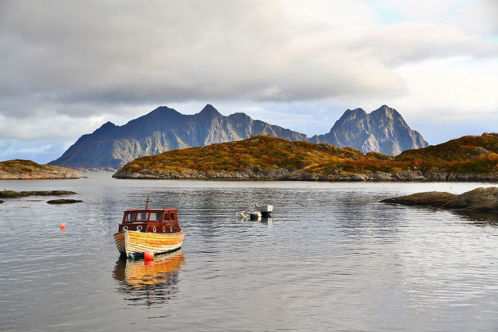 A view of Litlmolla, in the Lofoten archipelago in Norway, reveals a scenery not commonly associated with the Arctic. (Ximonic, Simo Räsänen / CC 3.0 via Wikimedia Commons)