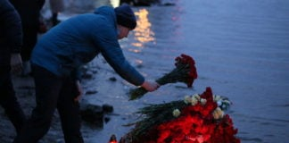Relatives, friends commemorate Russian fishermen lost in Barents Sea sinking