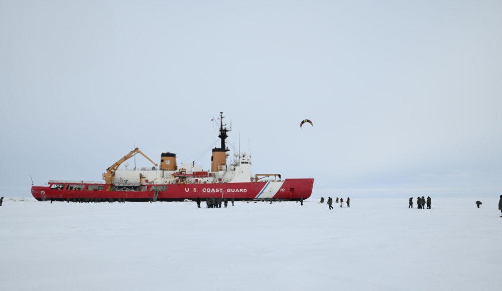 Ледокол Полярная Звезда ( тот самый что гниёт на ходу) в ходе недавнего рейда в Арктику